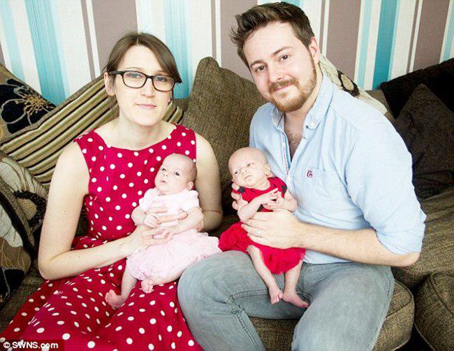 Hayley, bersama suami dan kedua bayi kembarnya | foto: copyright dailymail.co.uk
