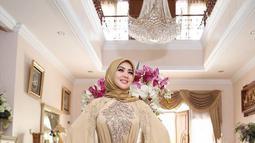 Syahrini tampil elegan dengan senyum merekah mengenakan gamis merayakan Hari Raya Idul Adha Tahun 2017. (Liputan6.com/Instagram/@princessyahrini)
