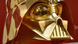 Topeng Darth Vader yang terbuat dari emas ini akan mulai dijual pada tanggal 4 Mei mendatang di toko emas tersebut yang berada di daerah Ginza, Jepang, Selasa (25/4). (AFP Photo/Kazuhiro NOGI)
