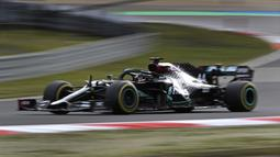 Pembalap Mercedes Lewis Hamilton mengemudikan mobilnya pada F1 GP Eifel di Nuerburgring, Nuerburg, Jerman, Minggu (11/10/2020). Hamilton dengan 91 kemenangannya menyamai legenda F1 Michael Schumacher. (Ronald Wittek, Pool via AP)