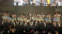 Penampilan member JKT 48 saat menghibur penonton dalam acara 'JKT48 Request Hour Setlist Best 30 2017' di Balai Sarbini, Jakarta, Sabtu (4/11). Para fans memilih 30 lagu dari antara seluruh lagu yang ada dengan cara voting. (Liputan6.com/Herman Zakharia)