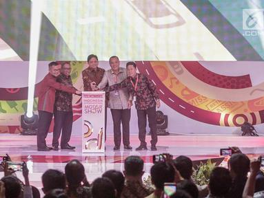 Menteri Perindustrian Airlangga Hartarto (tengah) membuka secara simbolis Indonesia International Motor Show (IIMS) 2019 di JiExpo Kemayoran, Jakarta, Kamis (25/4). Acara yang digelar 25 April hingga 5 Mei 2019 tersebut mengusung konsep 'Your Infinite Automotive Experience'. (Liputan6.com/Faizal Fan