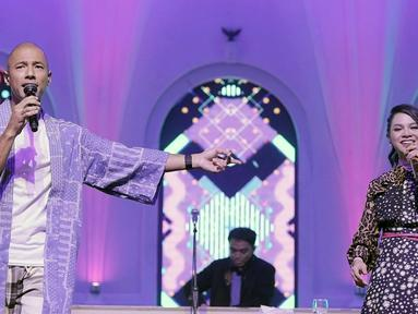 Penampilan Marcell Siahaan (kiri) dan Andien (kanan) saat bekolaborasi dengan DJ Dipha Barus dalam mini konser Music Drip di Jakarta, Kamis (7/2). Music Drip digelar untuk menggambarkan berbagai rasa kopi lewat kolaborasi musik. (Fimela.com/Bambang Eros)