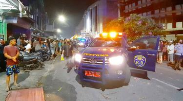 Mobil Bea Cukai yang rusak karena penyerangan oleh belasan orang tak dikenal di Pekanbaru.