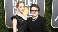 Kulit putih bersinar Emma Stone tampak pas dengan paduan long dress hitam berbahan brokat ini. Meski simple, namun penampilan Emma tetap mempesona. (Foto: AFP)