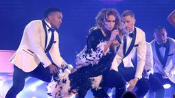 Jennifer Lopez saat tampil pada perhelatan Grammy Awards 2019 di Staples Center, Los Angeles, California, AS, Minggu (10/2). J-Lo bergoyang hingga berdansa membawakan sejumlah lagu di atas panggung. (Photo by Matt Sayles/Invision/AP)