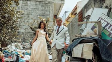 Cerita Haru di Balik Potret Pernikahan Pasangan Berlatar Tumpukan Sampah