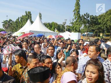 Warga mengantre di kawasan Silang Monas, untuk mengikuti Open House Jokowi di Istana Kepresidenan, Jakarta Rabu (5/6/2019). Warga mulai rela antre setelah Salat Id meski Istana baru dibuka pada pukul 10.00 WIB. (Liputan6.com/HO/Grandy)