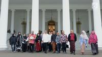 Presiden Joko Widodo berfoto bersama dengan komunitas dan para pelaku usaha busana muslim usai mennggelar pertemuan di Istana Bogor, Jawa Barat, Kamis (26/4). (Liputan6.com/Pool/Biro Pers Setpres)