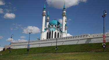 Salah satu masjid terbesar di Eropa bernama Kul Sharif yang terletak di Kazan, Rusia. Masjid Kul Sharif yang didominasi warna putih dan biru laut ini dibangun pada tahun 1996 dan selesai pada 2005 lalu. (AP Photo/Thanassis Stavrakis)