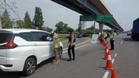 Petugas memperketat arus balik di Tol Jakarta-Cikampek km 47 B untuk mencegah kendaraan menuju Jakarta usai Lebaran. (Liputan6.com/Abramena)