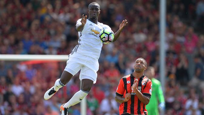 Bek Manchester United, Eric Bailly, mengamankan bola dari pemain Bournemouth, Callum Wilson pada laga Liga Premier Inggris di Stadion Vitality, Bournemouth, Minggu (14/8/2016). MU menang 3-1 atas Bournemouth. (AFP/Glyn Kirk)