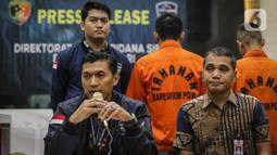 Kasubdit II Dittipidsiber Bareskrim Polri Kombes Himawan Bayu Aji saat konferensi pers terkait penangkapan pelaku hacker Indonesia di Lobi Bareskrim Polri, Jakarta, Jumat (24/1/2020). (Liputan6.com/Faizal Fanani)