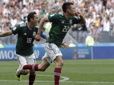 Gelandang Meksiko, Hirving Lozano, merayakan gol yang dicetaknya ke gawang Jerman pada laga Grup F Piala Dunia di Stadion Luzhniki, Moskow, Minggu (17/6/2018). Meksiko menang 1-0 atas Jerman. (AP/Matthias Schrader)