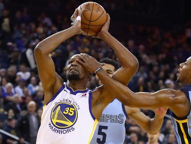 Pemain Warriors, Kevin Durant #35 mencoba memasukan bola saat diadang pemain Memphis Grizzlies, Mario Chalmers #6 pada laga NBA basketball games di ORACLE Arena, Oakland (20/12/2017). Warriors menang 97-84. (Ezra Shaw/Getty Images/AFP)