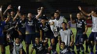 Selebrasi para pemain Persib Bandung usai berhasil menahan imbang 1-1 PS Sleman dalam laga leg kedua semifinal Piala Menpora 2021 di Stadion Manahan, Solo, Senin (19/4/2021). (Bola.com/Ikhwan Yanuar)