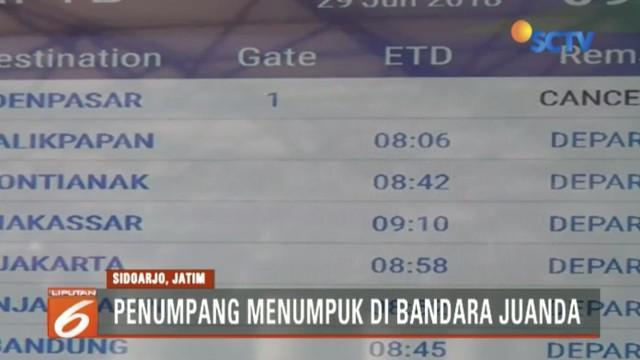 Ribuan penumpang menumpuk di ruang tunggu Bandara Juanda, Surabaya, akibat pembatalan belasan rute ke Bali imbas Gunung Agung meletus.