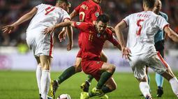 Aksi gelandang Portugal, Bernardo Silva pada laga kedua kualifikasi Piala Eropa 2020 yang berlangsung di Stadion Da Luz, Lisbon, Senin (27/3). Portugal raih hasil imbang 1-1 kontra Serbia. (AFP/Patricia de Melo)