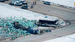 Penampakan bus pembawa tim hoki Humboldt Broncos junior yang kecelakaan menabrak truk di luar Tisdale, Saskatchewan, Kanada, Sabtu, (7/4). Dari 28 orang di dalam bus tersebut, 14 di antaranya tewas. (Jonathan Hayward/The Canadian Press via AP)