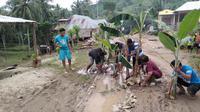 Warga Desa Daenaa, Kecamatan Limboto Barat, Kabupaten Gorontalo menanam pohon pisang di tengah jalan rusak sebagai bentuk protes karena tak kunjung diperbaiki. (Liputan6.com/ Arfandi Ibrahim)