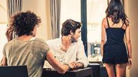 Wanita perlu mengetahui tiga hal ini yang dapat menandakan pria Anda tengah selingkuh dengan wanita lain.