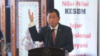 Menteri ESDM baru, Ignasius Jonan memberikan kata sambutan pada acara sertijab Menteri ESDM di Kementerian ESDM, Jakarta, Senin (17/10). Kementerian ESDM resmi dipimpin Ignasius Jonan dan Archanda Tahar  sebagai wakilnya. (Liputan6.com/Angga Yuniar)