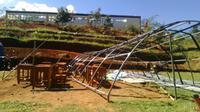 Tenda yang digunakan sebagai ruang kelas darurat siswa SMA 30 Garut itu sudah empat bulan tidak diganti. (Liputan6.com/Jayadi Supriadin)