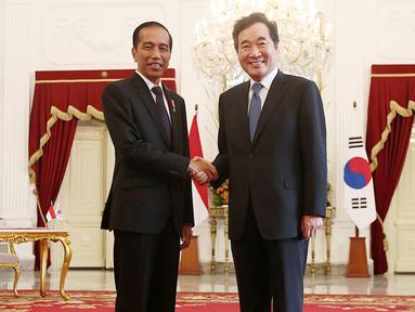 Presiden Joko Widodo berjabat tangan dengan Perdana Menteri Korea Selatan Lee Nak-yeon saat kunjungan kenegaraan di Istana Merdeka, Jakarta, Senin (20/8). (Liputan6.com/HO/Pur)