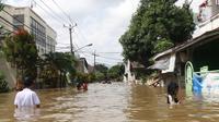 Kondisi banjir yang merendam perumahan Ciledug Indah, Tangerang, Banten, Kamis (2/1/2020). Memasuki hari kedua, kondisi perumahan tersebut masih tergenang banjir setinggi dada orang dewasa. (Liputan6.com/Angga Yuniar)