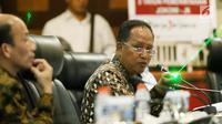 Menristek Dikti, Muhammad Nasir menyampaikan paparan dalam diskusi Forum Medan Merdeka Barat (FMB) di Jakarta, Senin (23/10). Beberapa kementerian memberikan presentasi pencapaian kerja 3 tahun pemerintahan Jokowi-JK. (Liputan6.com/Angga Yuniar)
