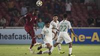 Gelandang Timnas indonesia, Asnawi Mangkualam, berebut bola dengan pemain Qatar pada laga AFC U-19 Championship di SUGBK, Jakarta, Minggu (21/10). Indonesia kalah 5-6 dari Qatar. (Bola.com/Vitalis Yogi Trisna)