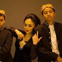 Yuni Shara memakai kebaya berwarna hitam, sedangkan kedua putranya memakai baju adat jawa, terlihat sangat kompak. (Liputan6.com/IG/@yunishara36)