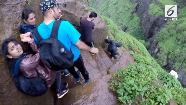Para Pecinta alam asal India menelusuri anak tangga curam di tebing dengan ketinggian 700 meter.