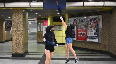 Sejumlah demonstran bertopeng merusak Stasiun MTR Wong Tai Sin di Distrik Kowloon, Hong Kong, Senin (7/10/2019). Demonstran bertopeng merusak beberapa stasiun MTR di Hong Kong. (Philip FONG/AFP)