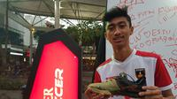 Pemain Doby MCW Banten, Syahdat Akbar, yang merajut mimpi di Super Soccer Futsal Battle 2018 menggunakan sepatu usang. (Bola.com/Zulfirdaus Harahap)