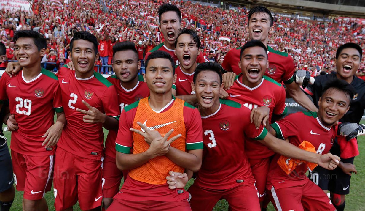 Para pemain timnas Indonesia merayakan kemenangan atas Kamboja di Stadion Shah Alam, Selangor, Kamis, (24/8/2017). Indonesia menang 2-0 atas Kamboja. (Bola.com/Vitalis Yogi Trisna)