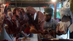 Pedagang membungkus daging sapi saat melayani pembeli di Pasar Perumnas, Jakarta, Selasa (19/1/2021). Harga daging sapi murni berada di atas Rp 120 ribu per kilogram dalam beberapa hari terakhir. (merdeka.com/Imam Buhori)
