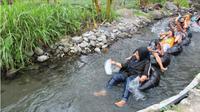 Pengunjung menikmati Sepur Kalen di Desa Kadireso, Kecamatan Teras, Boyolali menikmati aliran sungai setempat saat berwisata susur sungai, Kamis (15/12 - 2018). (Solopos/Akhmad Ludiyanto)