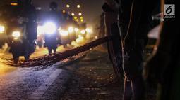 Sejumlah warga menunggu uang yang dilemparkan oleh pengguna jalan yang melintasi Jembatan Sewo, Jawa Barat, Minggu (2/7). Pasca Lebaran warga yang menjadi penyapu uang koin menjadi banyak dibanding hari biasanya. (Liputan6.com/Faizal Fanani)