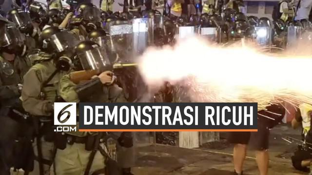 Polisi Hong Kong dan demonstran kembali ricuh saat demonstrasi di jalanan. Polisi bahkan menembakkan gas air mata dan peluru karet.