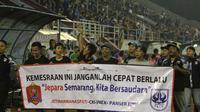Suporter PSIS dan Persijap membentangkan spanduk perdamaian dalam laga uji coba di Stadion Jatidiri, Semarang, pada 2017.  (Bola.com/Ronald Seger Prabowo)