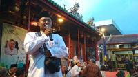 Salah seorang warga mengumandangkan Azan Magrib di Vihara Welas Asih Cirebon saat waktu berbuka puasa tiba. Foto (Liputan6.com / Panji Prayitno)