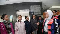 Menteri Ketenagakerjaan Ida Fauziyah membantu proses evakuasi 20 siswa peserta pemagangan ke Jepang yang berada di asrama siswa.