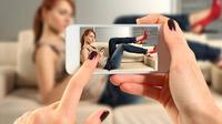 Ilustrasi memotret menggunakan smartphone