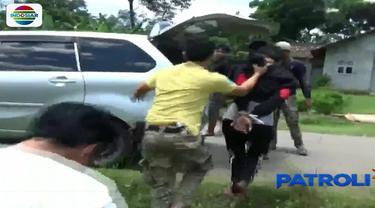 Setelah menangkap dua orang tersangka, polisi kini memburu seorang pekerja di bengkel las bubut besi yang diduga ikut terlibat.