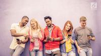 Terus menerus menggenggam smartphone setiap saat? Hati-hati, ada beberapa efek buruk yang dapat membuat Anda kecanduan smartphone. (Foto: Istockphoto)