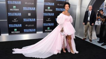 "Rihanna menghadiri pemutaran perdana ""Valerian and The City of a Thousand Planets"" di Los Angeles, 17 Juli 2017. Biasa tampil dengan gaun-gaun provokatif, Rihanna kali ini memilih sesuatu yang feminin, manis, dan dramatis. (Jordan Strauss/Invision/AP)"