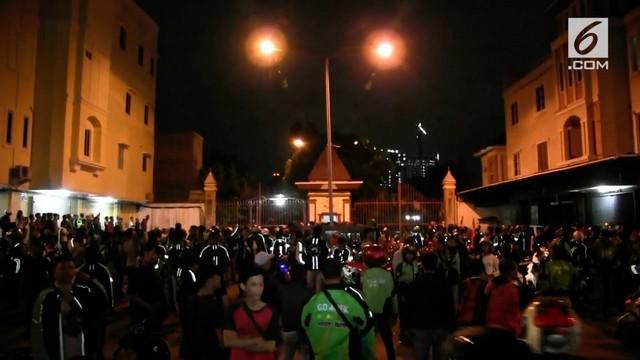 Ratusan pengemudi ojek online menggeruduk sebuah perumahan yang berada di kawasan Cengkareng, Jakarta Barat
