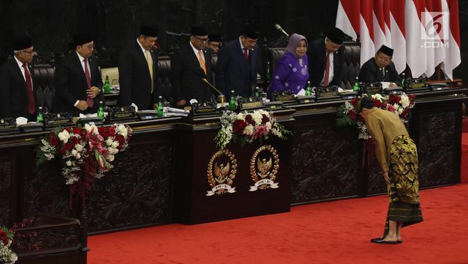 Presiden Joko Widodo membungkukan badan ke arah pimpinan DPD-DPR sebelum menyampaikan Pidato Kenegaraan dalam Sidang Bersama DPD-DPR di Kompleks Parlemen, Senayan, Jakarta, Jumat (16/8/2019). Di Sidang Bersama DPR-DPD ini, Jokowi mengenakan pakaian adat Sasak, NTB. (Liputan6.com/Johan Tallo)