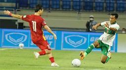 Bek Timnas Indonesia, Pratama Arhan (kanan), harus berjibaku menghentikan aliran bola sayap Vietnam yang cukup cepat. Vietnam langsung memberikan tekanan ke pertahanan Indonesia, melalui kedua sayap di kanan dan kirinya sejak menit pertama. (Foto: Dok. PSSI)